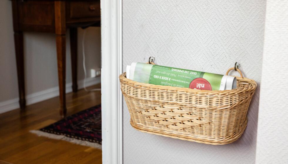 SIKKERHET: Blir aviskurvene fulle, sjekker man om alt er som det skal være på innsiden av døren. Foto: Audun Braastad / NTB scanpix