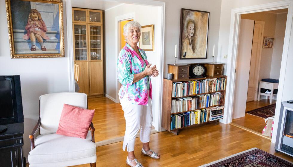 GOD PLASS: Tre rom er rikelig, men mindre enn det hun kom fra. De viktigste tingene fikk følge med Mona Enger helt til seniorboligen. Foto: Audun Braastad / NTB scanpix