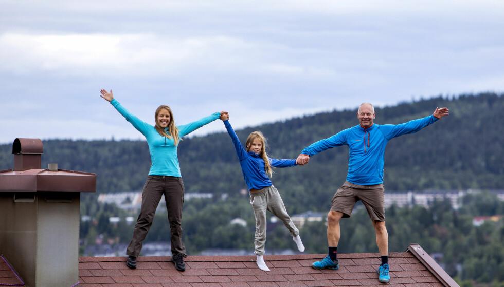 «HYTTA»: Familien er mest mulig ute. Her står de på taket til rekkehuset på Ellingsrud som de døpte «Hytta» etter at de kom tilbake. Foto: Tore Meek/NTB scanpix
