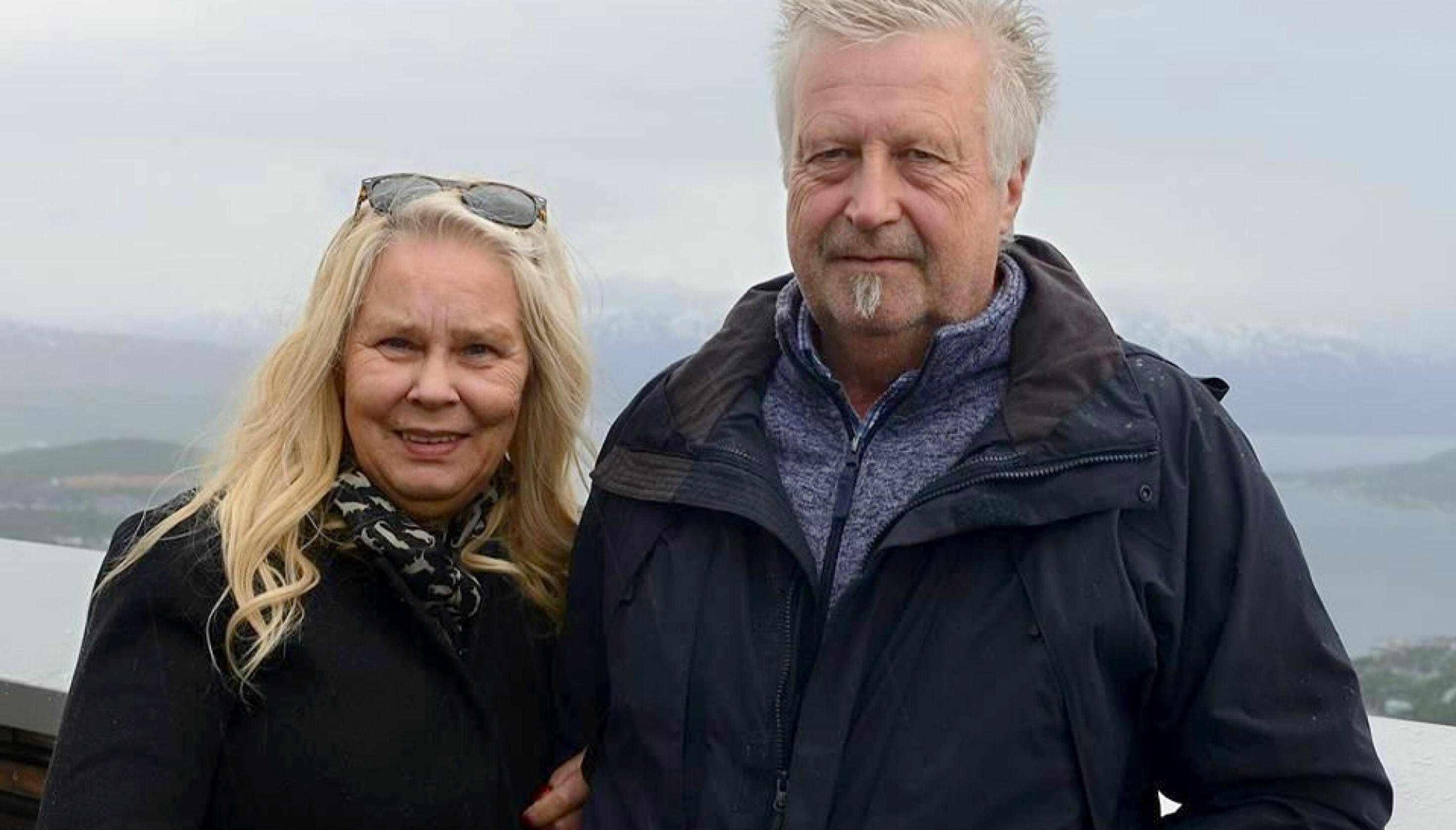 SOMMEREN 2018: Ektemannen, Erik (65), har vært en viktig støttespiller for Gry. Her er de to avbildet i sommer, rett før Gry skulle legges inn på sykehuset til ny behandling. Foto: Privat.