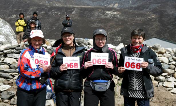 MARATON I HIMALAYA: 75-års jubilanten Signy Henden Rustlie (fra høyre), Oline Yksnæy, Turid Veggeland og Vera Nystad ved Mount Everst i 2014. Foto: Privat