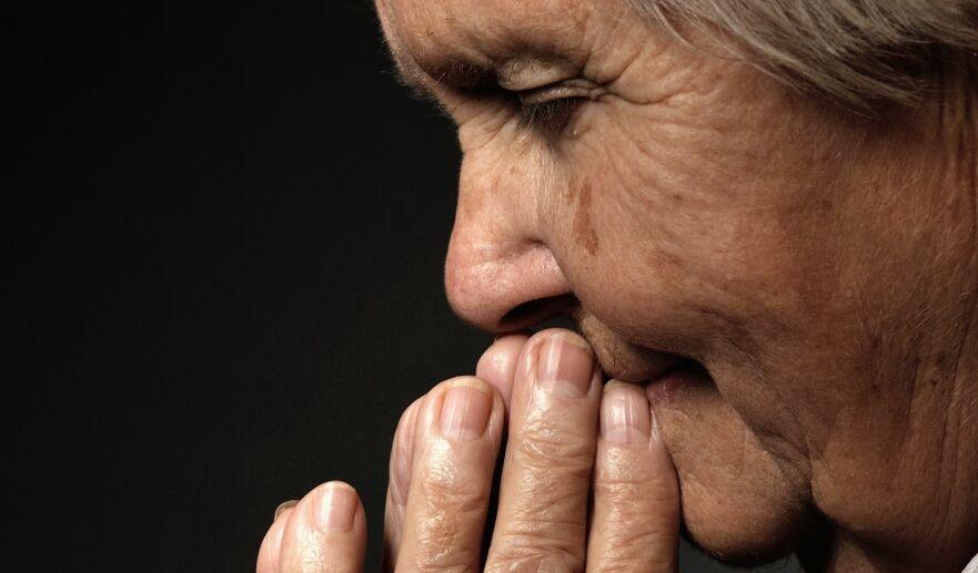 RELIGIØS: Mange eldre vender seg til religion for å få svar på eksistensielle spørsmål, sier psykolog. Foto: Shutterstock