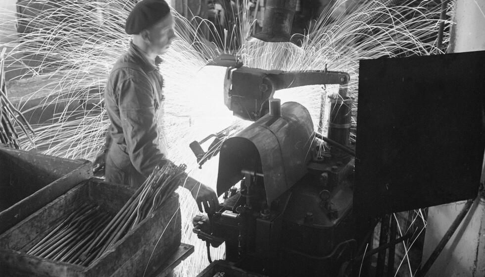 Serieproduksjon: Her jobbes det ved en av sveisemaskinene i fabrikken med å sveise sammen bakre delen av sykkelrammen. Foto: Sverre A. Børretzen / Aktuell / NTB Scanpix
