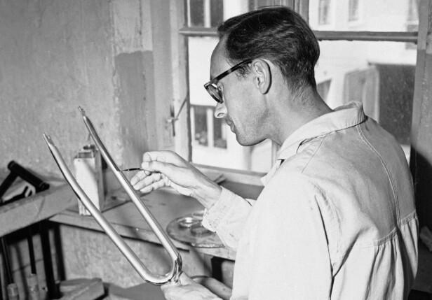 Presisjonsarbeid: «Her holder Rasmus Rasmussen på med staffering av en gaffel», skrev Aktuell i 1949. Foto: Sverre A. Børretzen / Aktuell / NTB Scanpix