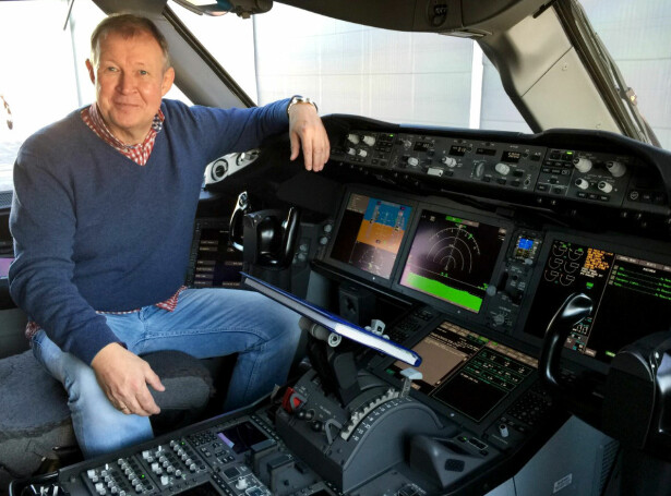 STYRER SPAKENE: Knut-Erik Mikalsen driver egen nettavis, flysmart24. Her avbildet i en cockpit. Foto: Halvor P. Njerve