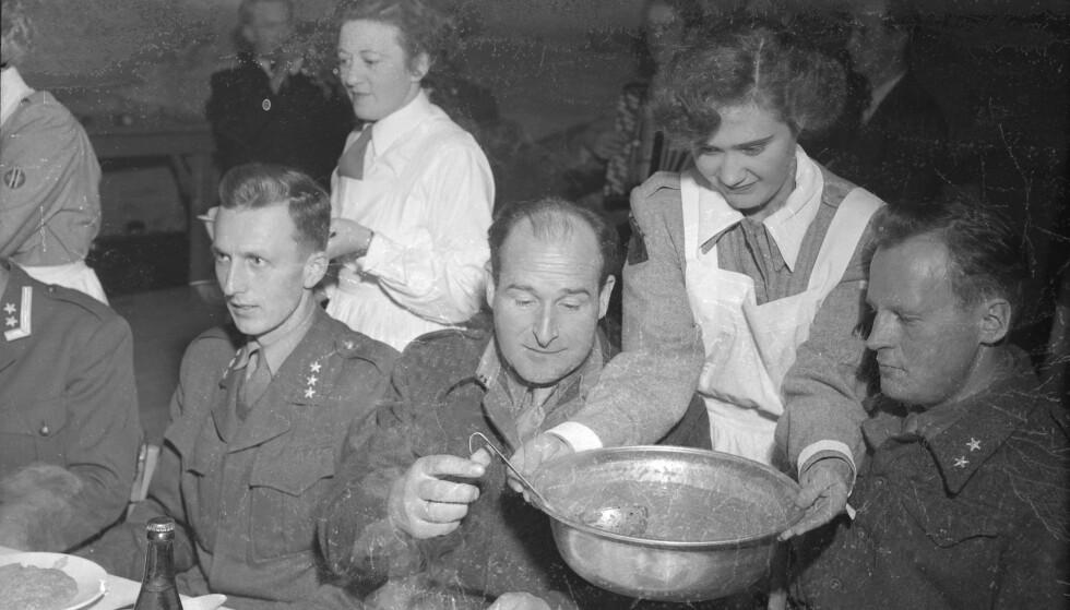 UNGE: Mange av kvinnene som tok jobb eller søkte tjeneste før i tiden, var ugifte. Her fra en soldatfest i 1952. FOTO: Schrøder / Arbeideravisa