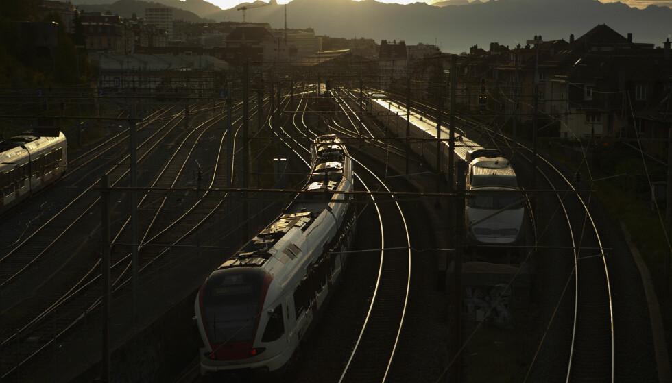 <strong>SVEITS:</strong> Inn til stasjonen ved soloppgang i Lausanne. Finn ut hvor du kan få litt mat og en vask før du går av toget. FOTO: Denis Balibouse, Reuters