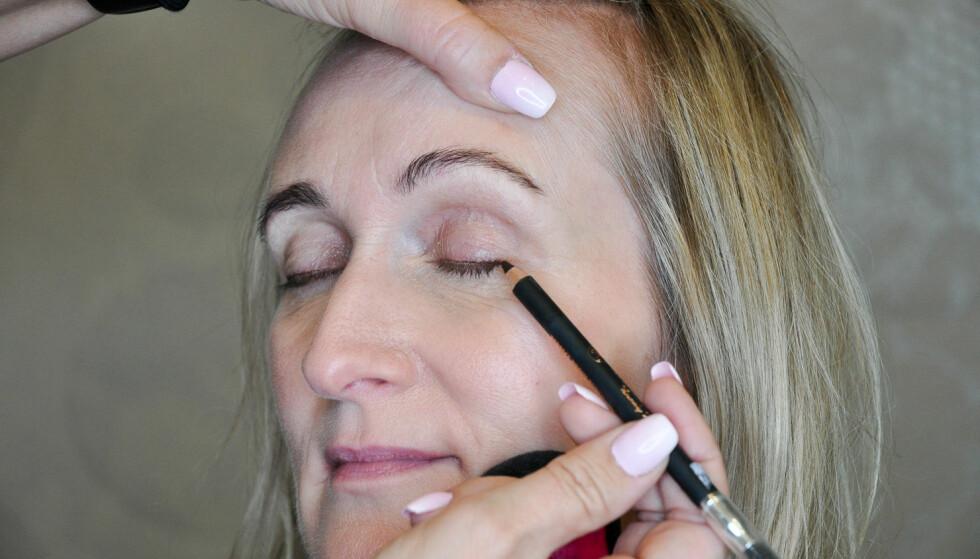 EYELINER: Du kan påføre eyelineren helt ned mot vippekanten. Gråbrun er en fin farge som ikke er for kraftig mot voksen hud. Foto: Jartrud Høstmælingen