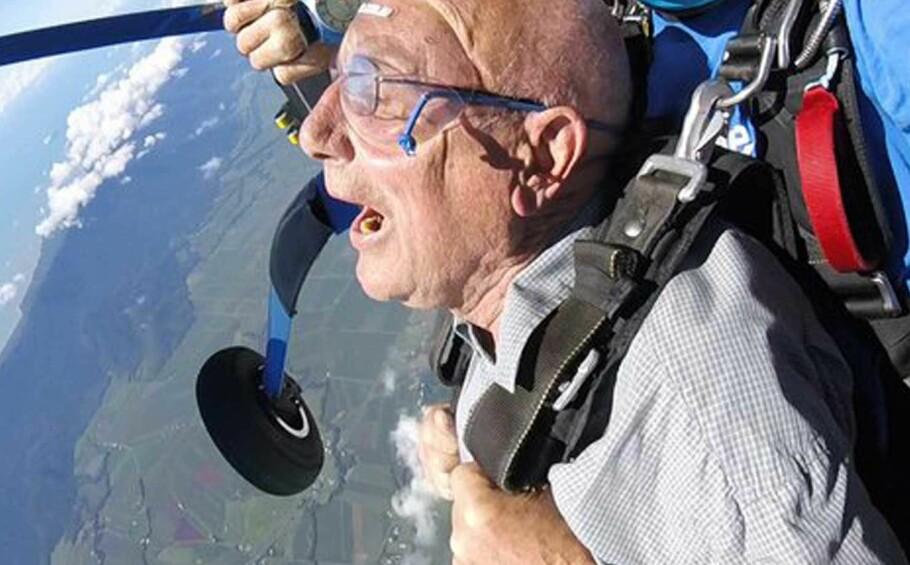 FALLSKJERM: Ikke lenge etter de dro på reise bestemte Arne seg for å hoppe i fallskjerm. Foto: Samuel Massie