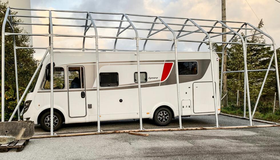 TELTGARASJE: Riktig utforming og solid konstruksjon er viktig på en teltgarasje. Foto: Wee.no