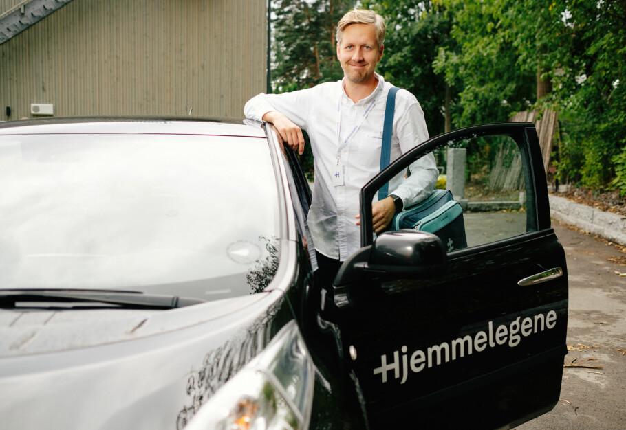 HJEMME: Hjemmelegene flytter legekonsultasjonen fra fastlegekontoret til hjemme hos pasienten. Foto: Åsmund Holien-Mo