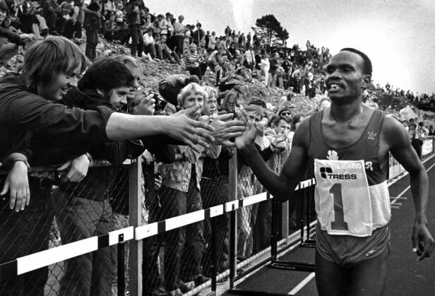 VERDENSREKORD: Fra Knarvik Games i 1981. Bildet er av kenyanske Henry Rono, som sette ny verdensrekord på 5000 meter. Det var 9500 tilskuere på stadion. Foto: Privat