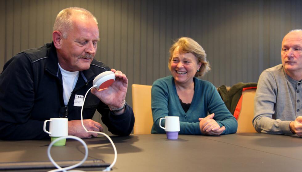 «HEY GUGEL»: Frode Hylander, Randi Bygland og Geir Karlsen prøver å få kontakt med Google Home Mini. Foto: Lisa Wisløff