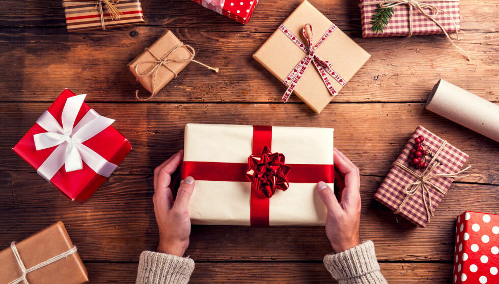 JULEGAVER: Det kan av og til være vanskelig å finne julegave. Derfor lager vi en julegaveguide som kan hjelpe deg. Foto: Shutterstock