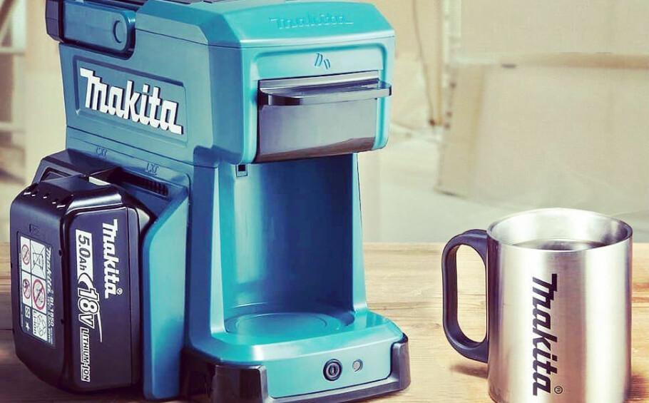 KAFFEMASKIN: Denne lille, bærbare kaffemaskinen kan du kjøre på verktøybatterier. Foto: Produsenten