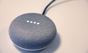 Google Home Mini gjør ikke mye ut av seg i stuen. Foto: Lisa M. Wisløff