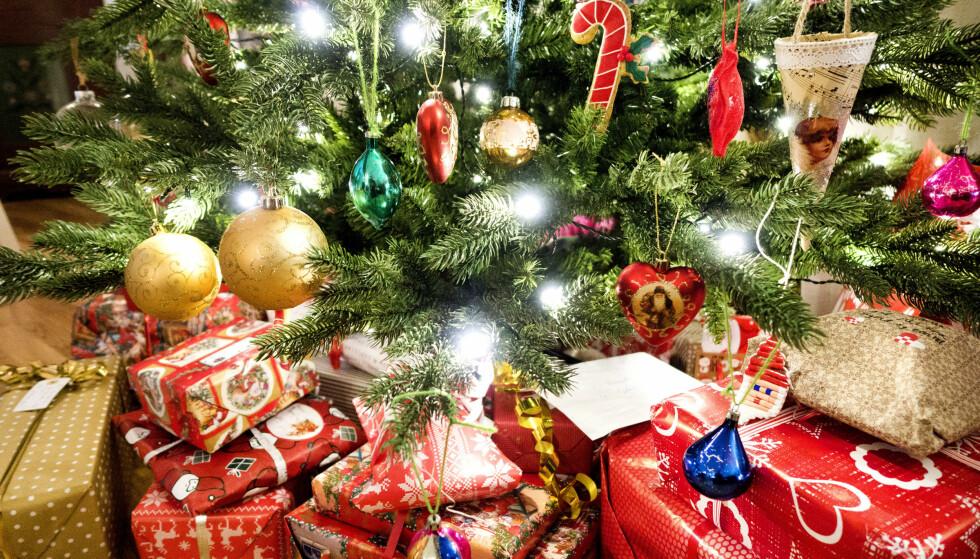 GAVER UNDER TREET: Vi har laget en julegaveguide som kan hjelpe deg med å finne julegaver. Foto: NTB Scanpix