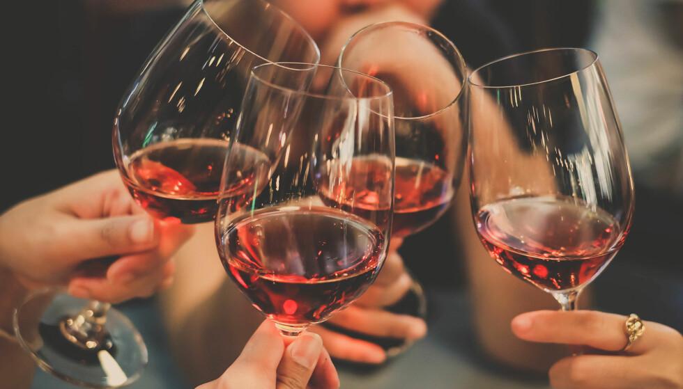 ALKOHOL: Et glass rødvin passer til mange anledninger, men kanskje ikke alle. Foto: Shutterstock