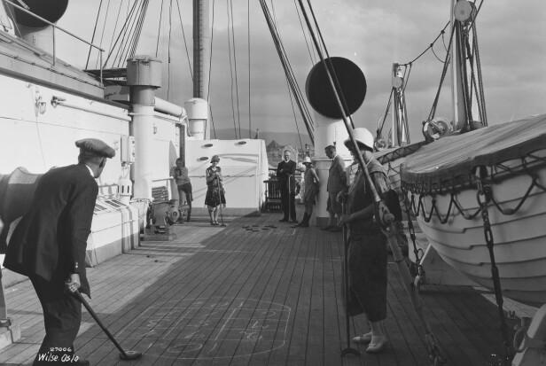 SHUFFLEBOARD? Dekkspill på dekket tiul Stavangerfjord. Foto: Anders B. Wilse / Nasjonalbiblioteket