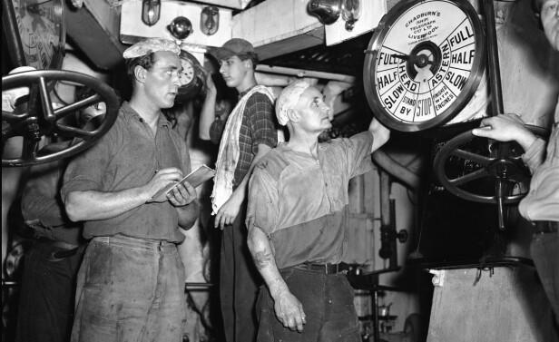 VOLDSOMT: At skipet måtte manøvrere ved hjelp av maskinene ble en voldsom påkjenning både for maskiner og maskinister. Foto: NTB Scanpix