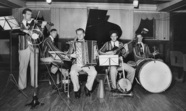THE ALTLANTIC BAND: På kveldene var det underholdning, og den var det mannskapet som stod for. Her er et band som kaller seg «The Atlantic Band». Foto: Anders B. Wilse / Nasjonalbiblioteket
