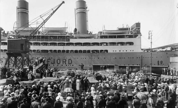 MYE FOLK: Skipet ligger til havn i Vippetangen i Oslo. Bildet er tatt i 1919, ikke lenge etter at båten ble satt i trafikk. Foto: Anders B. Wilse / Nasjonalbiblioteket
