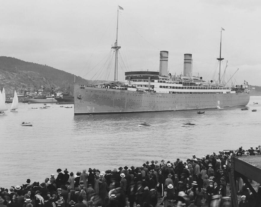 BROEN OVER HAVET: Amerikalinjens «Stavangerfjord» hadde 770 krysninger over Atlanterhavet i løpet av sin karriere. Her ankommer hun Oslo havn med Ekebergåsen i bakgrunnen, med masse ventende folk på brygga. Bildet er datert 1925. Foto: Anders B. Wilse / Nasjonalbiblioteket