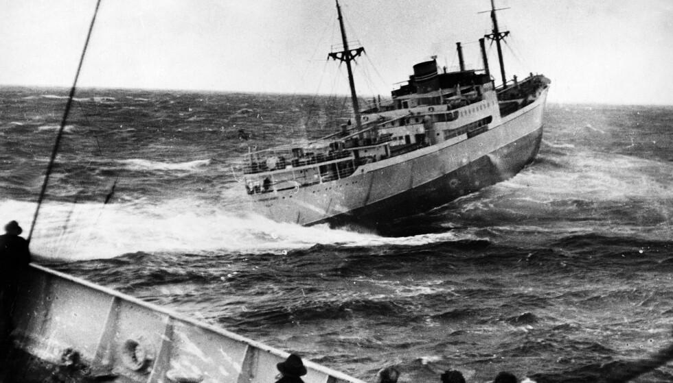 STORM: Bildet er av Amerikalinjens båt Lyngenfjord, som har kommet til assistanse og har klart å få sleper ombord i Stavangerfjord. Men sleperen brakk, og da været bedret seg, bestemte kapteinen at skipet skulle fortsette til Oslo og styre ved hjelp av maskinene. Foto: NTB Scanpix
