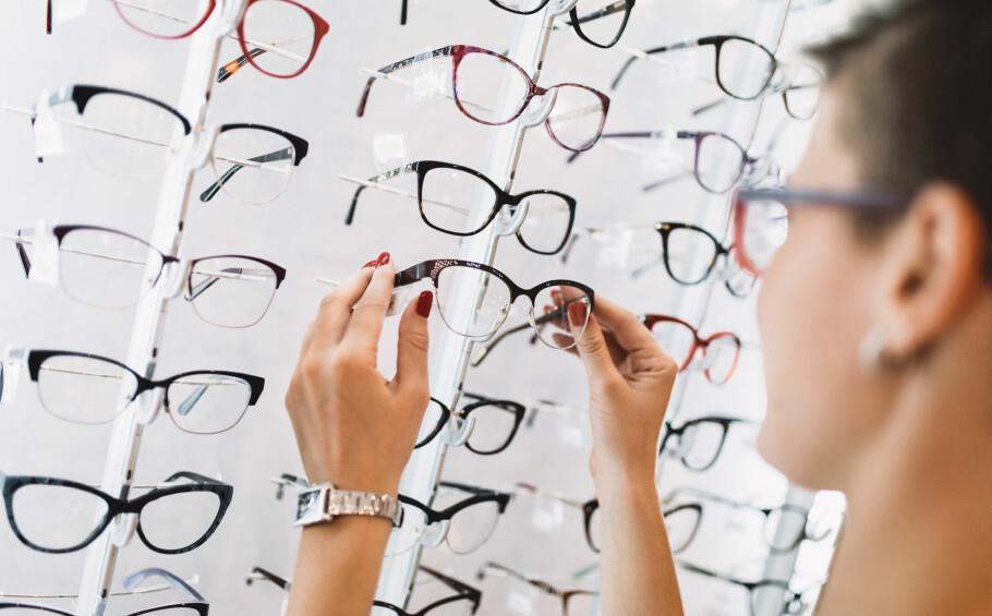 BRILLER: Når man får lesebriller kan man få følelsen av å få dårligere syn, men det er egentlig bare øynene som slapper av. Foto: Shutterstock