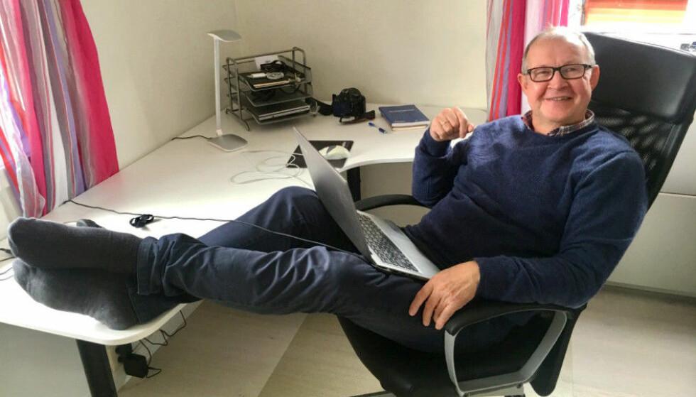 HJEMMEKONTOR: - Det kunne blitt med AFP og blanke ark, men slik gikk det ikke, sier journalist Knut-Erik Mikalsen (62). Han har startet egen nettavis og enkeltpersonforetak. Foto: Privat