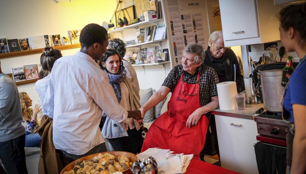 SOSIALT: Amerikanske Jim Haynes (85) har invitert fremmede til søndagsmiddag i Paris siden sent på 70-tallet. FOTO: Axel Munthe-Kaas Hærland