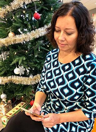 BLIR LITT MYE: Journalist Sonja Nordanger har innsett at hun bruker mobilen for mye. Foto: Privat