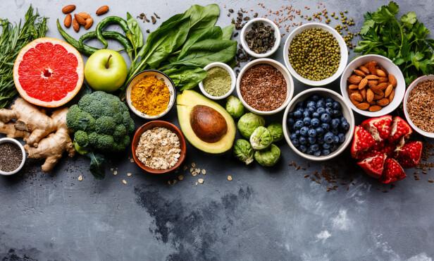 Nøtter og fettrike grønnsaker som avokado og mango, inneholder det sunne, umettede fettet. Foto: Shutterstock
