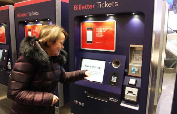 Randi Bygland har kjøpt billett på automaten på Oslo S. Foto: Lisa Wisløff