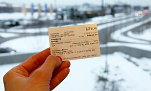 PAPIRBILLETT: Togbillettene som kjøpes på automatene er små. Foto: Lisa Wisløff