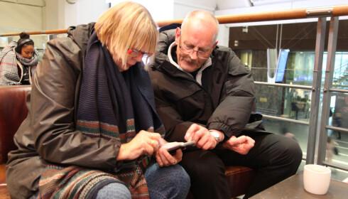 APP: Bjørg Oddny Vatnedalen og Frode Hylander laster ned Entur-appen. Foto: Lisa Wisløff