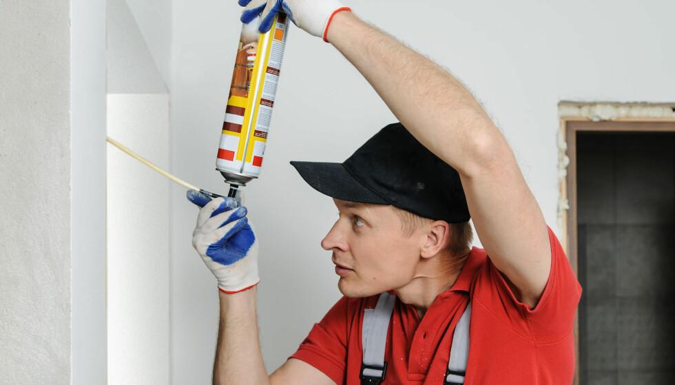 SKUM: Fleksibelt skum er tingen å bruke rundt vinduene. Da kan vinduet justeres etter at skummet har herdet. Foto: rf.123