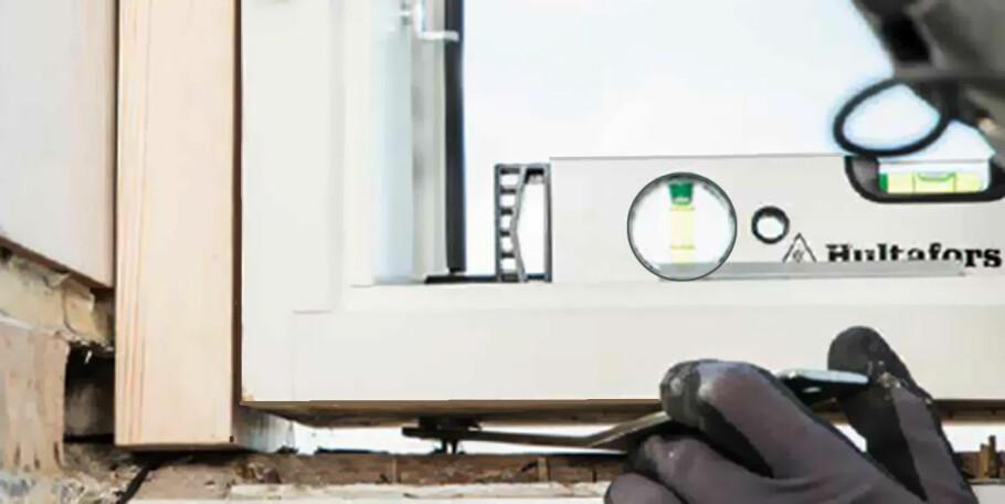 NIVÅESKRUE: Disse monteres under vinduet. Når de er på plass er det enkelt å finjustere vinduet opp eller ned slik at det kommer i vater. Foto: Produsenten