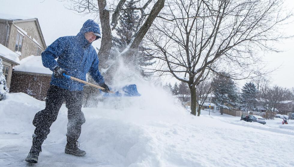 ARBEID: Snømåking kan være ganske krevende arbeid, men også bra for deg. Foto: Shutterstock