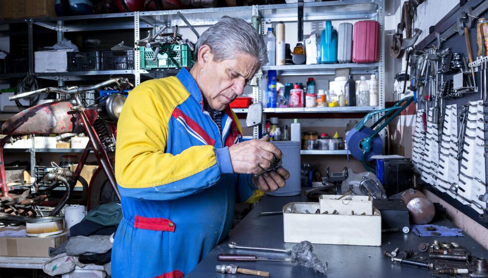 TRYGGERE: Lang erfaring fra arbeidslivet gir ikke bare kompetanse, men også trygghet. Her en voksen mekaniker på jobb. Foto: Shutterstock