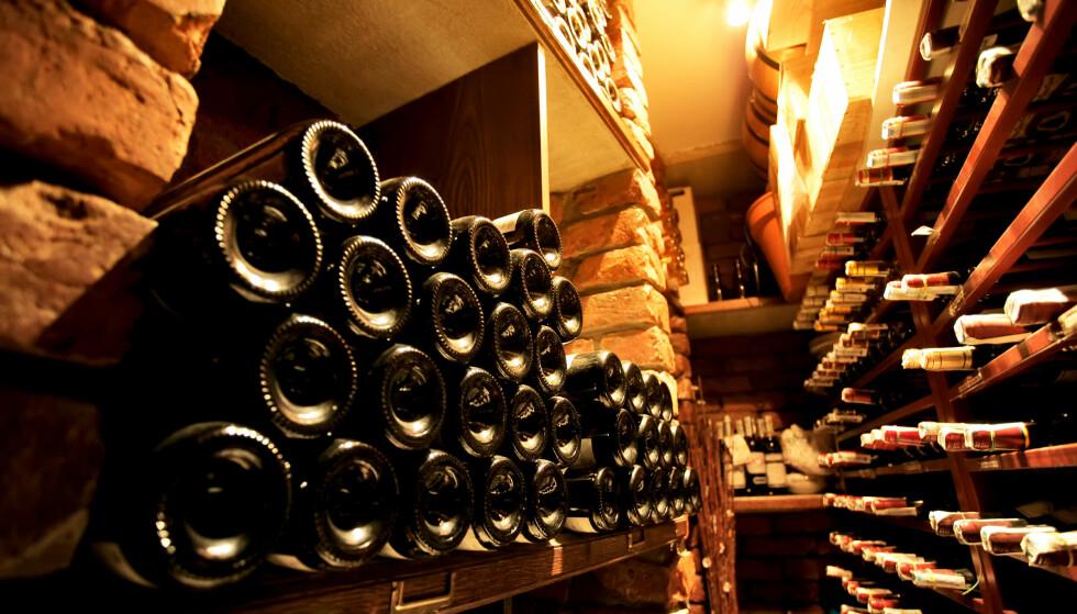 LAGRING: Har du ikke egen kjeller til rådighet kan du lagre vinen i bod eller i vinskap på kjøkkenet. Foto: Shutterstock