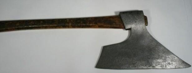 HENRETTET: Dette er øksen som ble brukt til å henrette Nils Narumseie og tre andre mordere mellom 1833 og 1838. Foto: Justismuseet.
