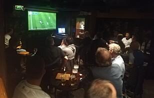 SAMLET FOR KAMP: Supportergruppa samles på Dr. Jekyll's Pub i Oslo når Leeds spiller kamper. Foto: Sondre Tallaksrud.