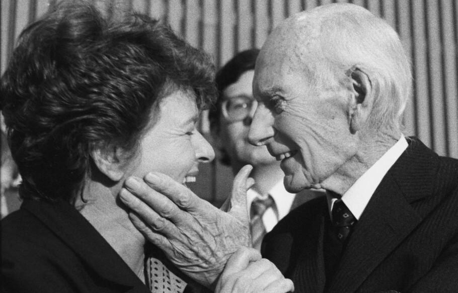 STATSMINISTRE: Et hyggelig øyeblikk mellom de to tidligere statsministrene Gro Harlem Brundtland og Einar Gerhardsen. Foto: Bjørn Sigurdsøn / NTB Scanpix.