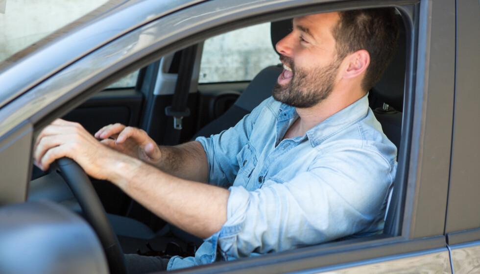 BLI FLINKERE TIL Å SYNGE I BILEN: Du kan trene opp stemmen din til å høres fin ut, selv når du sitter i trafikken. Foto: Shutterstock