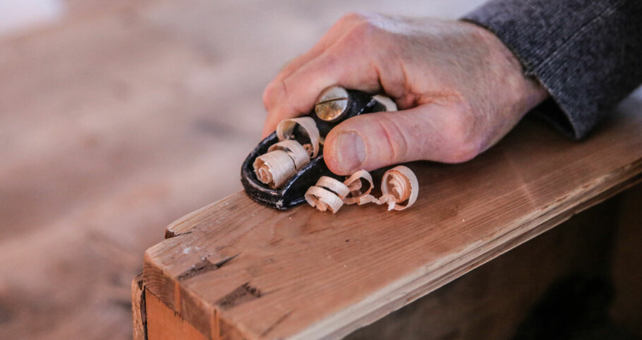 FJERNE TREVERK: En liten høvel gjør jobben når skuffen er treg. Foto: Øivind Lie-Jacobsen