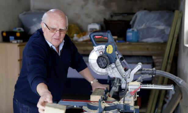 PRAKTISK: Leif Røsrud (71) har alltid et prosjekt. At han gikk av med pensjon som 64-åring har han aldri angret på. FOTO: Cornelius Poppe, NTB Scanpix