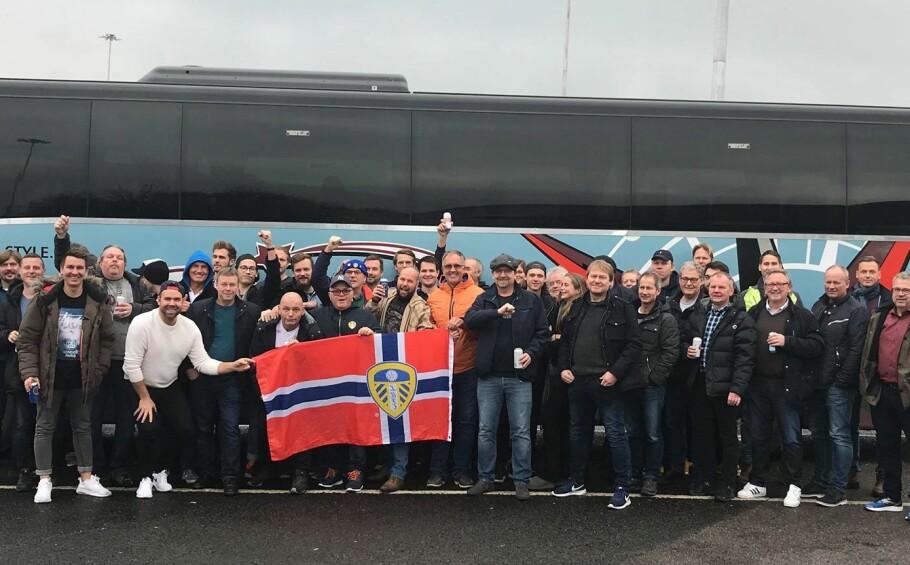 GJENNOM TYKT OG TYNT: Supportergruppa har stått ved Leeds gjennom tykt og tynt siden 1970-tallet. Her er en gruppe fra Fredrikstad på vei til England for å se kamp. Foto: Privat.