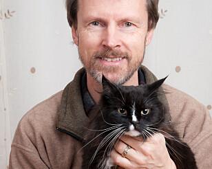 GI OPPMERKSOMHET: Bjarne Olai Braastad mener det er viktig å leke med katten, og gi den oppmerksomhet hver dag. Foto: Privat.