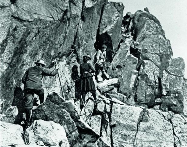William Cecil Slingsby, Therese Bertheau og Ola Berge på Store Skagastølstind i 1900. Bertheau med fin hatt og skjørt til knærne. Foto: George Percival Baker